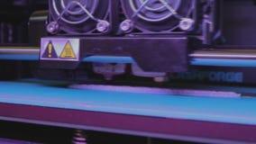 Utskrift på en skrivare 3D arbete f?r skrivare 3D Industriell utskrift på skrivaren 3D stock video