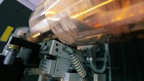 Utskrivaven axel Cylindrisk press för tapetutskrift Mekanismen av utskrift på tapeten modern pressprinting stock video