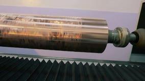 Utskrivaven axel Cylindrisk press för tapetutskrift Mekanismen av utskrift på tapeten modern pressprinting arkivfilmer