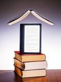Utskrivaven böcker och eBook arkivfoto