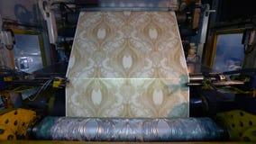 Utskrivaven press p? tapetfabriken, processen av att producera tapeten stock video
