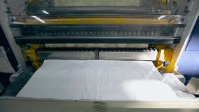 Utskrivaven press p? tapetfabriken, processen av att producera tapeten arkivfilmer
