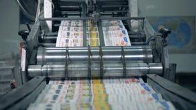 Utskrivaven tidning som på flyttar en typografilinje, automatisk produktion stock video