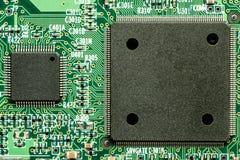 Utskrivavet bräde för elektronisk strömkrets med mikroprocessorn Arkivfoto