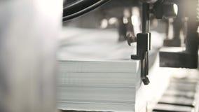 Utskrivavna ark av papper tjänas som i tryckpressen Offset CMYK Arkivfoton