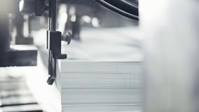 Utskrivavna ark av papper tjänas som i tryckpressen Offset CMYK Fotografering för Bildbyråer