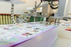 Utskrivavna ark på vikningmaskinen in i printingväxten Royaltyfri Fotografi