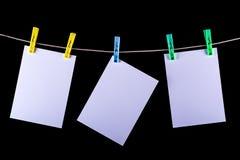Utskrivavna foto som ska torkas på ett rep Fotografering för Bildbyråer