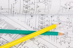 Utskrivavna teckningar av elektriska strömkretsar och blyertspennor Vetenskap, teknologi och elektronik arkivbilder