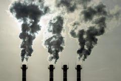Utsläpp av giftliga dunster från rören in i atmosfären Miljö- problem för luftförorening, miljöbelastning fotografering för bildbyråer