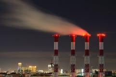 Utsläpp för dunster för Waste gas på natten Royaltyfri Foto