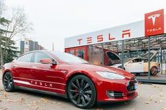 Utsläpp för elbil noll för Tesla modell S Arkivbilder