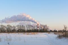 Utsläpp in i himlen från den termiska kraftverket Arkivfoto