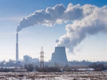 Utsläpp till atmosfären av en industriföretag på utkanten av staden Arkivfoto