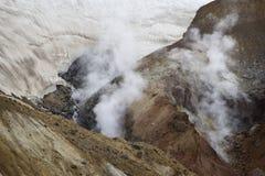 Utsläppet av vulkaniska gaser Lutningen av den Mutnovsky vulkan Arkivfoton