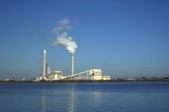 utsläppfabriksflodstrand fotografering för bildbyråer