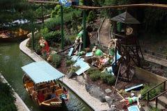 Utslagna romansdockor från gaulsna en sikt från den Les Espions de Cesar dragningen på Park Asterix, Ile de France, Frankrike arkivfoton