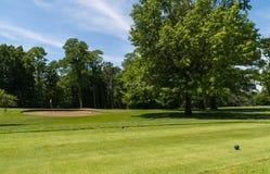 Utslagsplats av på golfbana arkivfoto