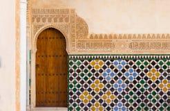 Utsmyckad arabisk dörr i alhambra Arkivfoto