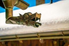 Utsmyckad avloppsränna i snö Arkivfoto