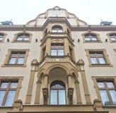 Utsmyckad beige europeisk byggnad Fotografering för Bildbyråer