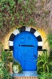 Utsmyckad blå dörr i Tunisien arkivfoto