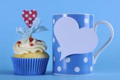 Utsmyckad blå temamuffin med kaffe Royaltyfri Fotografi