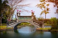 Utsmyckad bro med Dragon Motif på Tirta Gangga i Indonesien Arkivfoto