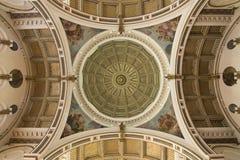 Utsmyckad celing och kupol av katolska kyrkan Arkivfoton