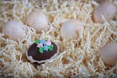 Utsmyckad choklad dekorerat ägg med vanliga ägg Fotografering för Bildbyråer