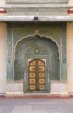 Utsmyckad dörr på Chandra Mahal, Jaipur stadsslott fotografering för bildbyråer