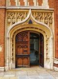 Utsmyckad dörr på historisk byggnad i England royaltyfri bild