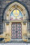 Utsmyckad dörr till basilikan av St Peter och St Paul prague Royaltyfri Foto