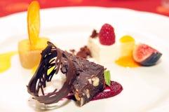Utsmyckad efterrätt på en platta/fint äta middag Royaltyfri Bild