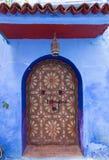 utsmyckad färgdörr på gatan i Marocko royaltyfri foto