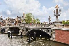 Utsmyckad forntida bro i Amsterdam, Nederländerna Arkivfoto