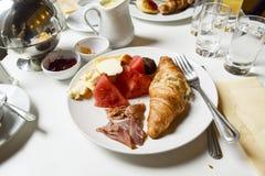 Utsmyckad franskafrukost Arkivbild