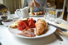 Utsmyckad franskafrukost Royaltyfria Foton