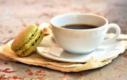 Utsmyckad frukost med pistacchiomaccarons och kaffe Royaltyfria Foton