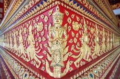 Utsmyckad grund av det huvudsakliga altaret på Wat Suan Dok, Chiang Mai, Thail Royaltyfri Fotografi