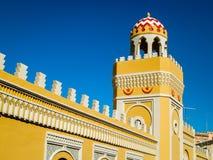 Utsmyckad gul vägg och minaret i Melilla Royaltyfri Bild