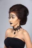 Utsmyckad idérik talangsmink- och hårstil på asiatiskt härligt Arkivbild