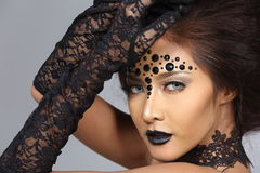 Utsmyckad idérik talangsmink- och hårstil på asiatiskt härligt Arkivfoto