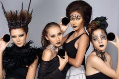 Utsmyckad idérik talangsmink- och hårstil på gruppen av fyra som Fotografering för Bildbyråer