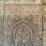 Utsmyckad inristad stenvägg med blom- modeller och kalligrafi, Ibn Tulun Mosque, Kairo, Egypten Royaltyfri Foto