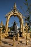 Utsmyckad klocka i trädgård på Wat Rong Khun eller den vita templet arkivfoton