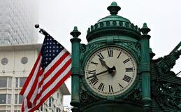 Utsmyckad klocka och amerikanska flaggan Royaltyfri Fotografi