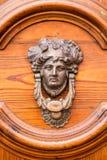 Utsmyckad knackare på den Wood dörren Royaltyfria Bilder