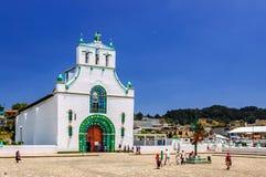 Utsmyckad kyrka, Chamula, Mexico Arkivbild