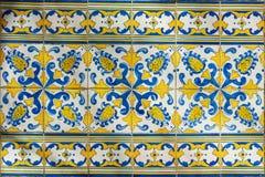 Utsmyckad ljust kulör portugisisk tegelplattatextur i blått och gult royaltyfri fotografi